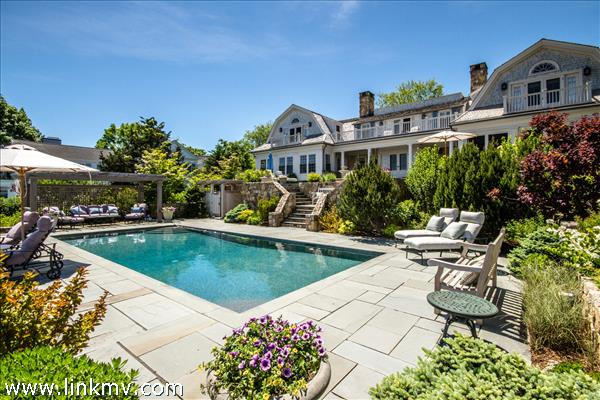 Both home, pool and gardens are in perfect balance.