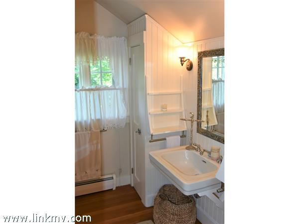 Hallway bath on 2nd level